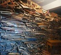 一批报废课桌,凳子等木质办公用品处理
