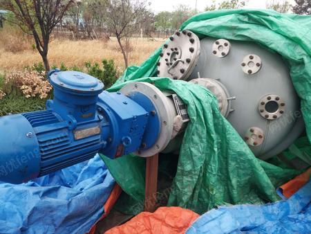 厂家搬迁处理2000L/1000L高压釜各2台,压力是10兆帕(100公斤),2000L/1000L蒸馏釜共3台。(不锈钢)。配套有精馏塔。10~30平方换热器具体看图