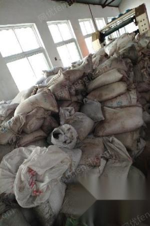 山东滨州因资金周转问题 急需处理一批工业盐 30多吨   碱三吨多.还有石墨面粉全套设备