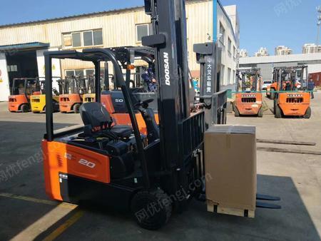 烟台芝罘斗山B20SE电动叉车/小2吨环保实心轮胎仓库装卸电瓶叉车