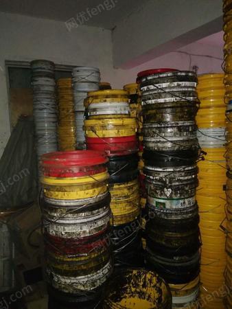 公司处理塑料废机油桶大概500-600个桶,有图片