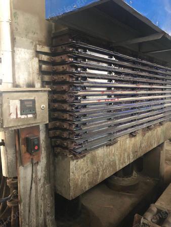 板材廠轉讓13壓12熱壓機1臺以及14張鐵質熱壓板