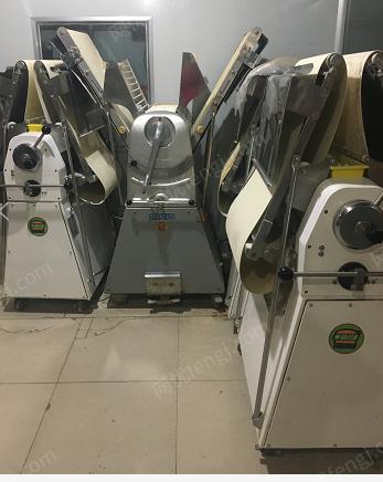 食品厂处理枕式包装机,月饼机,面包成型机,和面机,烤盘等设备1批(详见图)